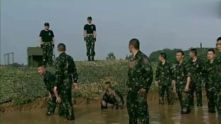 女子来特战部队, 男友躲在后面不敢见人, 被领导揪了出来