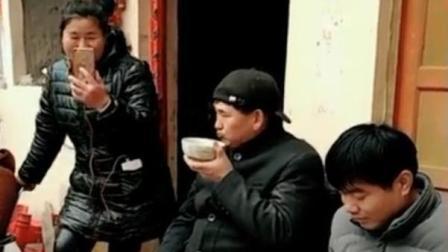 朱之文边打电话边吃饭, 大衣哥吃饭朴实不做作