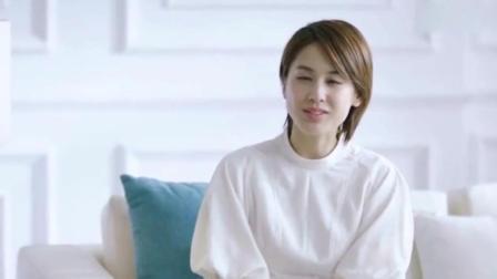 35岁黄圣依身着黑色吊带裙, 拍写真眼角画小桃心, 个性十足!