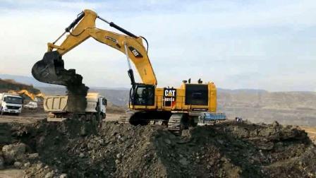 大型挖掘机两铲斗装满几十吨卡车, 装载效率极高!