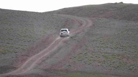 海拔4000多米的西藏高原上, 实拍2.7排量的丰田霸道爬坡有多累!