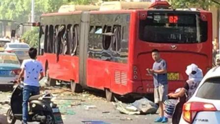 四川夹江公交车爆炸事件新进展: 嫌犯正抓捕中, 已致17人受伤