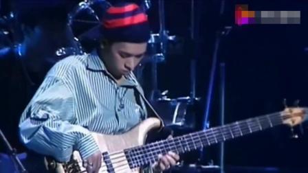Beyond演唱会: 《冷雨夜》最经典的贝斯演奏, 家强的拿手好戏!