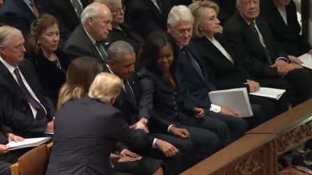 特朗普和奥巴马夫妇握手致意, 一旁的希拉里……