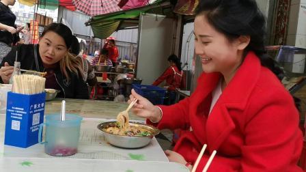 到广西柳州必吃的螺蛳粉, 找了几条街才找到这家正宗的