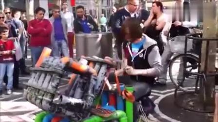 街头音乐人用奇葩乐器演奏, 但声音也太好听了吧!