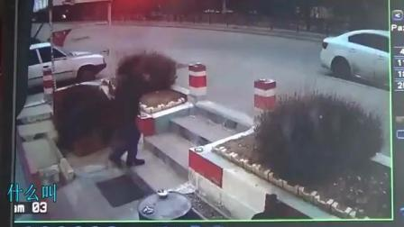 男子刚点着烟, 3秒钟不到没命了, 监控拍下全程!