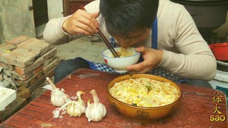1斤番茄1斤面, 小伙挑战西红柿炝锅面, 手擀面配三头大蒜, 一盆面不够吃