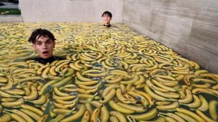 中国古代有花瓣浴, 国外小伙却来了个香蕉浴, 到底有什么功效?