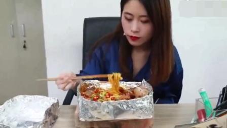 办公室小野用砖头做火炉煮火锅, 凭借创意荣登本周美食排行榜第一