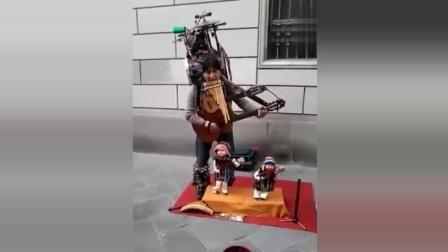 民间牛人: 身上背着多种乐器同时演奏, 真是高手在民间