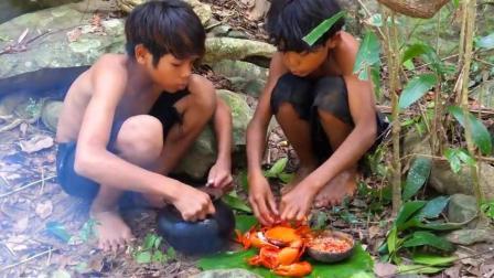 兄弟俩饿了, 河里捉螃蟹煮着吃, 这一锅螃蟹简直是荒野的一道佳肴