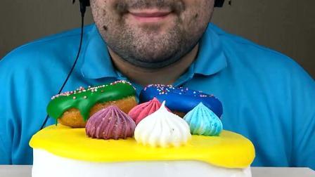 俄罗斯大叔吃彩色糖果蛋糕, 大口吃过瘾, 网友: 他的下巴太会抢戏了!