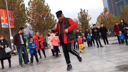 最牛老大爷鬼步舞 广场上的一爷比年轻人还跳的好!