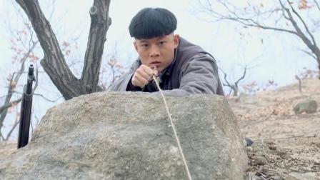 地雷战:小伙在二宽身边埋雷,可把二宽给吓了,你要炸俺哪!