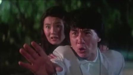 坏蛋拿枪对着龙哥, 龙哥一怕蹲下躲开, 身后的女友张曼玉倒霉了!