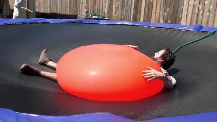 老外作死把巨型水气球当被子盖在身上, 再一刀戳下去, 画面真壮观!