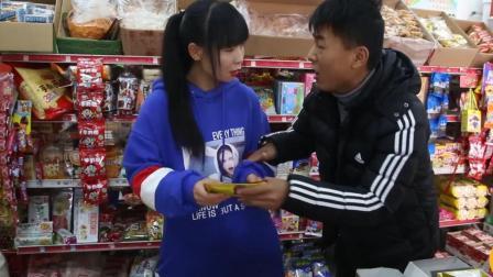 抠门小伙带女友逛超市, 结账时却掏出个塑料袋, 太逗了