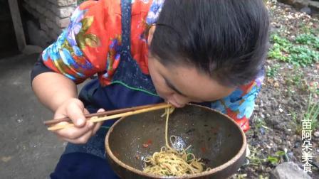 苗大姐葱太多吃不完, 来个葱油拌面, 拿起钵钵直接吃