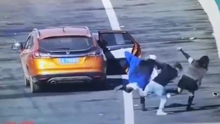 不要命了? 3人为拍短视频高速匝道停车尬舞 交警: 罚!