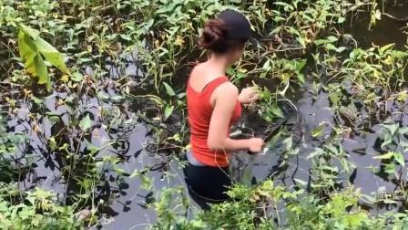 美女穿着紧身裤, 下水去放陷阱, 不小心把全身都浸湿了