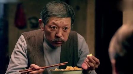 农村爷爷吃油泼面配大蒜太香了, 洋孙子好羡慕, 但他却只能吃泡面