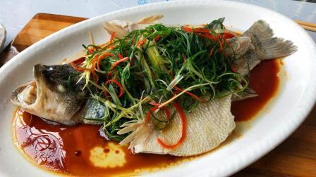 """厨师长教你做""""清蒸鲈鱼"""", 鱼肉鲜甜, 原汁原味, 收藏起来吧"""
