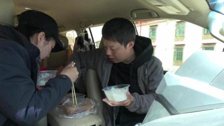 在的班戈县, 今天要赶路开车, 买了快餐两个菜就在车里吃饭了
