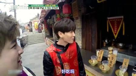 韩国明星来到中国民俗村, 像当地人一样, 边逛边吃美食
