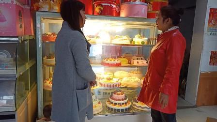 农村妈妈给闺女买蛋糕, 这么大蛋糕花了多少钱? 这女人太会讲价了