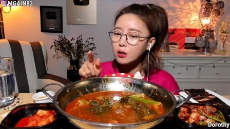 韩国大胃王小姐姐尝试脊骨土豆汤当然还有最爱的泡菜