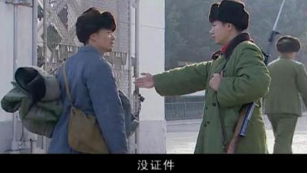 小伙硬闯大院,被卫兵强行拦下,不料首长说出他的身份