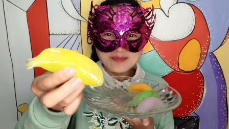 """妹子冬天吃冰""""香蕉彩冰"""", 小巧精致, 吃起来好硬好凉爽"""