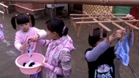 妈妈教孩子们做家务,除了学会晒衣服被子,还要学习怎么缝扣子