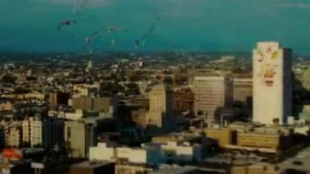 电影《全民超人汉考克》片段, 不一样的超人登场……