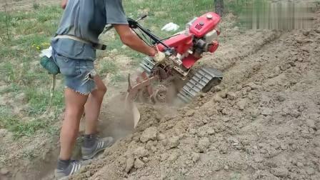 农村牛人自制小型履带手扶深耕机, 自家小块地使