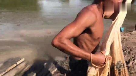 河边撒网捕鱼, 看看这撒网技术