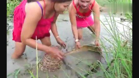 农村表嫂河里捕鱼, 这娴熟的捕鱼技术真是让人敬佩