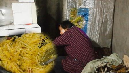 四川农村: 这么冷的天烧柴火煮饭安逸, 炒盘酸辣土豆丝, 酸辣爽口