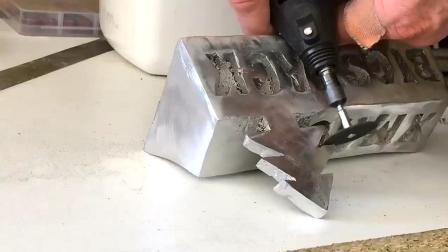 圣诞节快到了, 工程师铸造铝质圣诞礼物!
