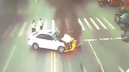 小轿车与一辆大货车相撞, 没想到车头着火了, 监控拍下过程