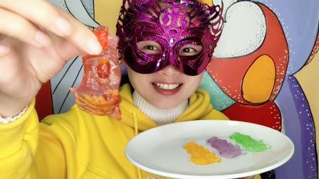 面罩小姐姐吃海盗船造型的果冻, 滑溜溜的, 吃一口味道好香甜