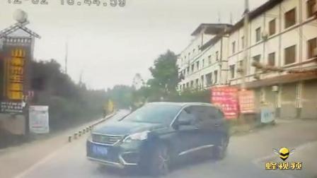 """重庆九龙坡 小轿右侧突然开出  两车上演""""亲吻""""大戏"""
