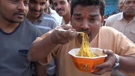 我国方便面在印度彻底火了, 印度人为了吃到方便面, 竟学会了拿筷子!