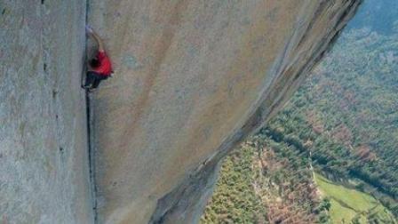 外国牛人挑战徒手攀岩绝壁, 不带任何保护措施