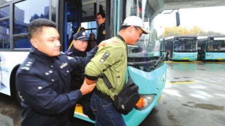 重庆公交坠江事故翻版: 江苏男子抢夺公交方向盘, 险导致车辆坠河
