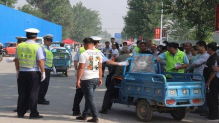 专家建议:禁止三轮车进城,却遭到老农一句话打脸,专家深思
