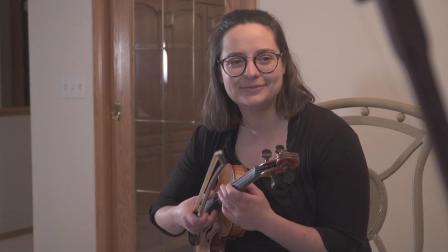 中国小姐姐用二胡拉出马蹄声, 老外抱着小提琴一脸专心: 太酷了!