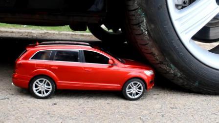 把一辆玩具车放在汽车下面, 启动汽车, 玩具车会是什么下场?