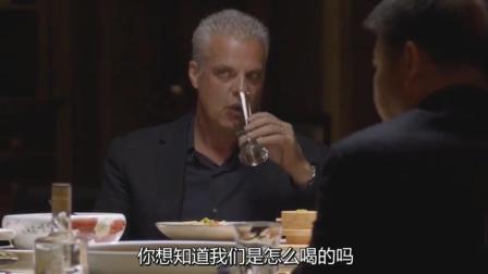 老外带朋友参加中国酒局, 同伴眼神中都透着绝望: 我将永生难忘!
